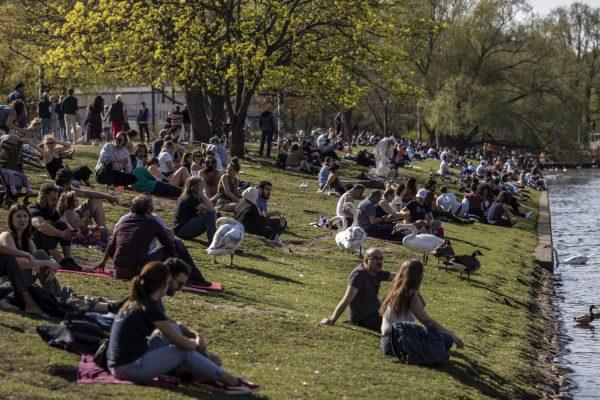 Joves berlinesos a la riba de l'Spree, (2020). Maja Hitji (Getty)